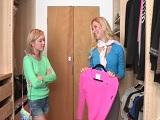 Mamá ayuda a escoger ropa sexy para su hija, vaya dos..