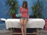 Jovencita esperando al masajista