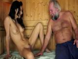 Se mete desnuda en la sauna del gimnasio para calentar a un viejo