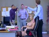 Todos fuera!! Que me pienso follar a la secretaria joder..
