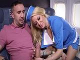 La azafata de vuelo echa mano al paquete, está loca o que?