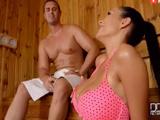 Madre mia menudo zorrón se ha colado en la sauna: qué tetas!