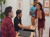 Pero que hace la profesora Anissa Kate así en clase?