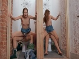 Follando en los lavabos con dos hermanas gemelas!
