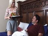Que hija más obediente.. Le lleva el desayuno a la cama..