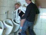 Mama follada en el baño del restaurante