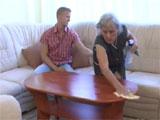 Abuela, deja de limpiar y chupame la polla