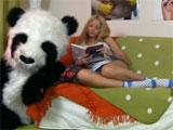 Jovencita follada por su oso panda de peluche