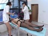 Dos enfermeras intentan reanimar a una paciente