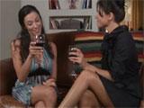 Dos viejas amigas, una copa de vino y …