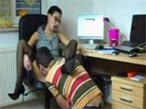 La jefa se aprovecha de uno de sus empleados