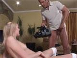 Graba a una amiga de su hija masturbandose