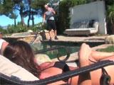 Madura calentando al chico de la piscina