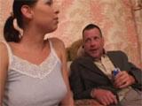 El padre borracho follandose a su hijastra