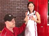 La alumna se folla a su entrenador en el vestuario