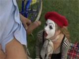 Sexo con un 'mimo' en el parque