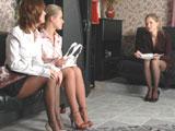 Las jovencitas se lian en la salita de espera