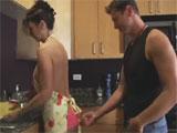 Pilla a su madrastra en la cocina