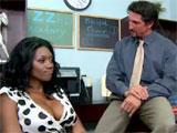 Se tira a la madre de una alumna negra