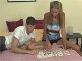 Los hermanos se aburren jugando a las cartas