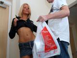 Madura seduce al chico del supermercado