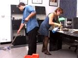 Se lo monta con la madura señora de la limpieza