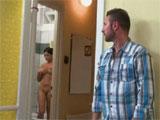 Espiando a la vecina mientras se ducha