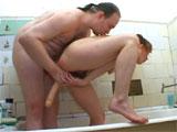 Masturbando a mi mujer en la bañera