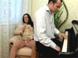 Se excita viendo tocar el piano a su alumno
