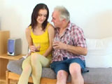 El abuelo intenta emborracharla