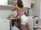La señora de la casa calentando al fontanero
