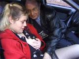 Un jubilado tirandose a una joven prostituta