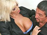 La psiquiatra mimando a uno de sus pacientes