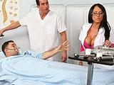 Paciente y enfermero follandose a la doctora
