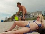 Se liga a una madurita en la playa