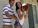 Mi tio me enseña a jugar al baloncesto