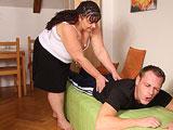 La madre de mi mujer me da un masaje