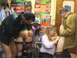 Madre e hija follando con dos clientes
