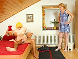 Pilla a su hijo follando con una muñeca hinchable