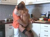 Pillo a mi cuñada por detras en la cocina