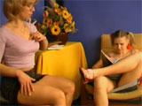 Se excita viendo a su hija sin bragas - Lesbianas